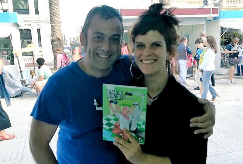 esta alegre pareja compró el último cómic de Cazador de Sonrisas